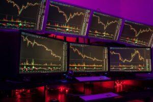 Изображены 7 мониторов с графиками цен на валюту