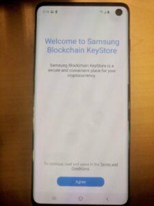 "Экран Samsung S10 с надписью ""Welcome to Samsung Blockchain KeyStore"""